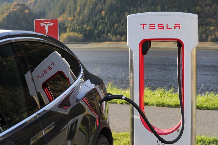 Tesla Model Q: l'innovazione porta il segno dell'Italia