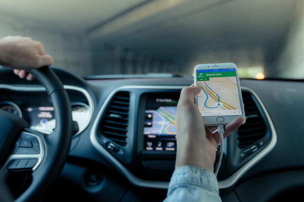 Sanzioni e ritiro della patente, no al cellulare alla guida